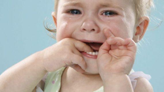 Темное пятно на десне около зуба у ребенка
