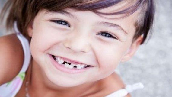 У ребенка неправильно растет постоянный зуб что делать