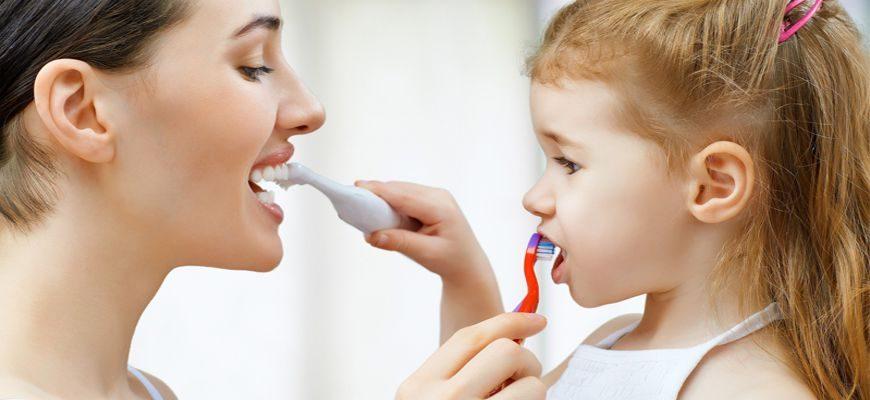 Какой щеткой лучше чистить зубы твердой или мягкой